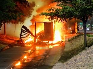 El tráiler se incendió en cuestión de minutos, luego de derramarse sobre él los líquidos de la unidad refrigerante.