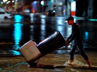Inunda lluvia intermitente calles de Hermosillo y puso casas en riesgo de derrumbe