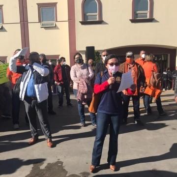 Al menos un centenar de personas sindicalizadas no solo del ayuntamiento de Rosarito sino de otros municipios del Estado, llegaron con pancartas en mano y lanzaron consignas.(Carmen Gutiérrez)