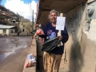 Mujer de 69 años vende tomates frescos para ayudarse