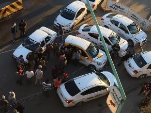 Taxistas bloquean garita centro por falta de empleo