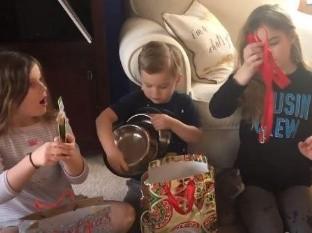Niños quedan sorprendidos con sus regalos navideños