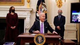 El presidente Joe Biden firmó varias órdenes ejecutivas ayer.