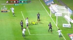Maximiliano Araújo desaprovechó la oportunidad de marcar gol para su equipo.
