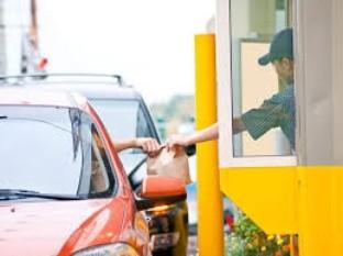 Empleada de auto servicio revela que hay una cámara oculta que capta a los clientes