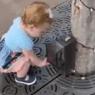 VIDEO: Pequeñita cree que todo lo que toca es dispensador de gel antibacterial