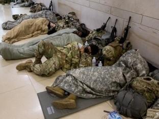 Biden se disculpa por dejar soldados a la intemperie