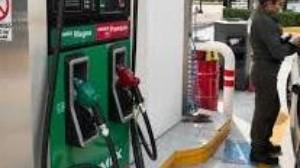 """Mujer se vuelve viral tras """"ofrecer"""" mientras despacha gasolina"""