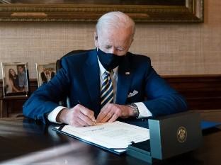 Joe Biden firma decreto para dar prioridad a manufactura estadounidense