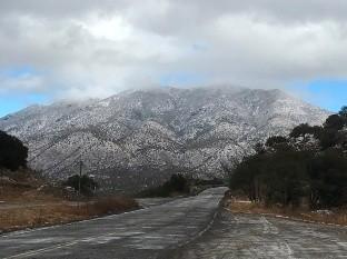 Hermoso espectáculo en la Sierra alta de Cananea que se cubrió de blanco debido a la nevada registrada la tarde del domingo en esta región y que ha provocado cierre de tramos carreteros.