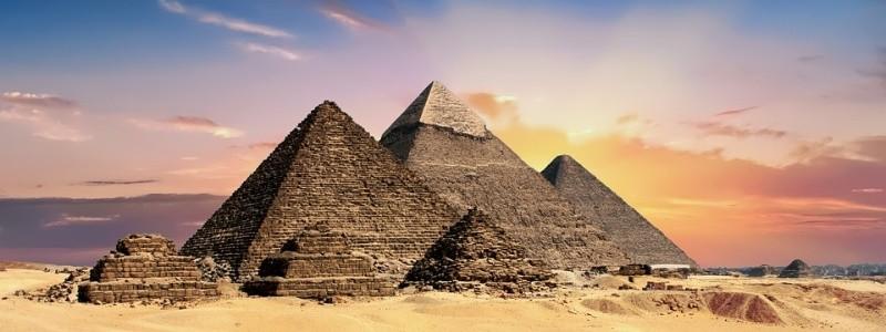 Un joven egipcio fue detenido este miércoles 1 de mayo al escalar hasta la cima de la Pirámide de Guiza y tirar piedras a los agentes que lo perseguían, indicó el Ministerio de Antigüedades egipto.