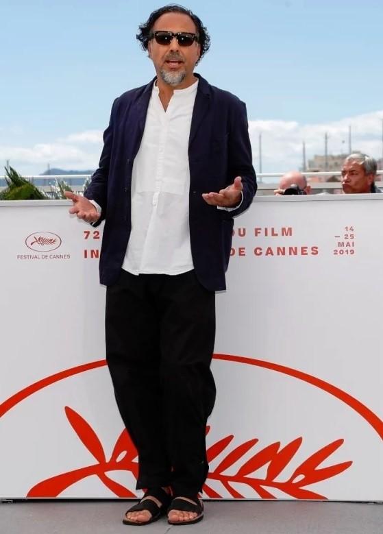 El director mexicano ha demostrado tener buen estilo, sin embargo, El día jueves dio de que hablar debido a que decidió llegar en traje y 'Chanclas'.