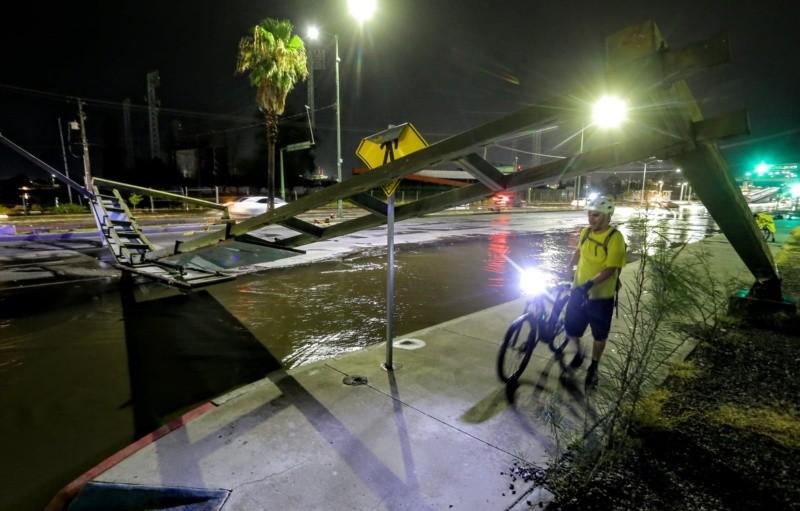 Señalización vial derribada por estragos de lluvia.